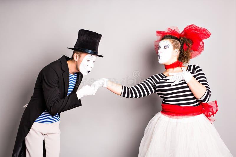 Två fars, pantomimkyss, valentindagbegrepp, April Fools Day begrepp arkivfoton