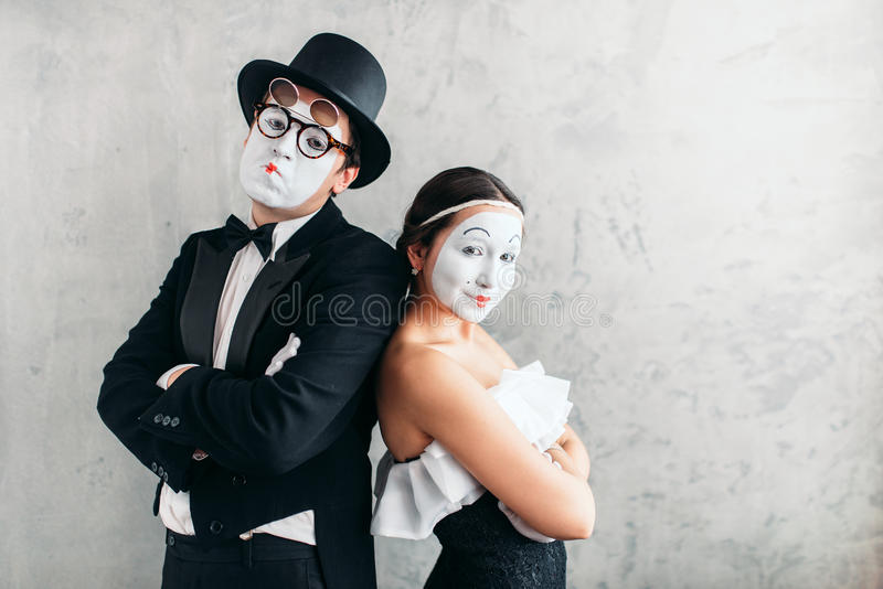 Två farsskådespelare som utför i studio royaltyfri bild
