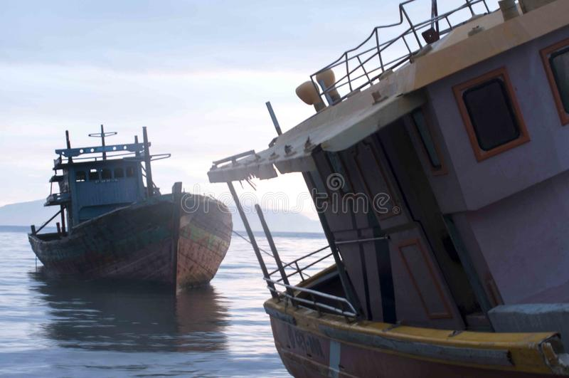 Två fartyg ankrades i havet på Dili port, Östtimor royaltyfri fotografi