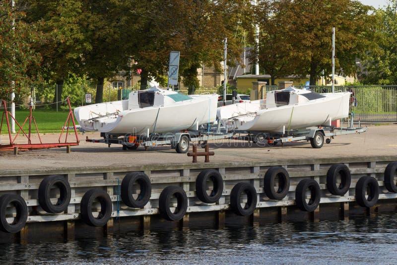 Två fartyg på släpet royaltyfri bild