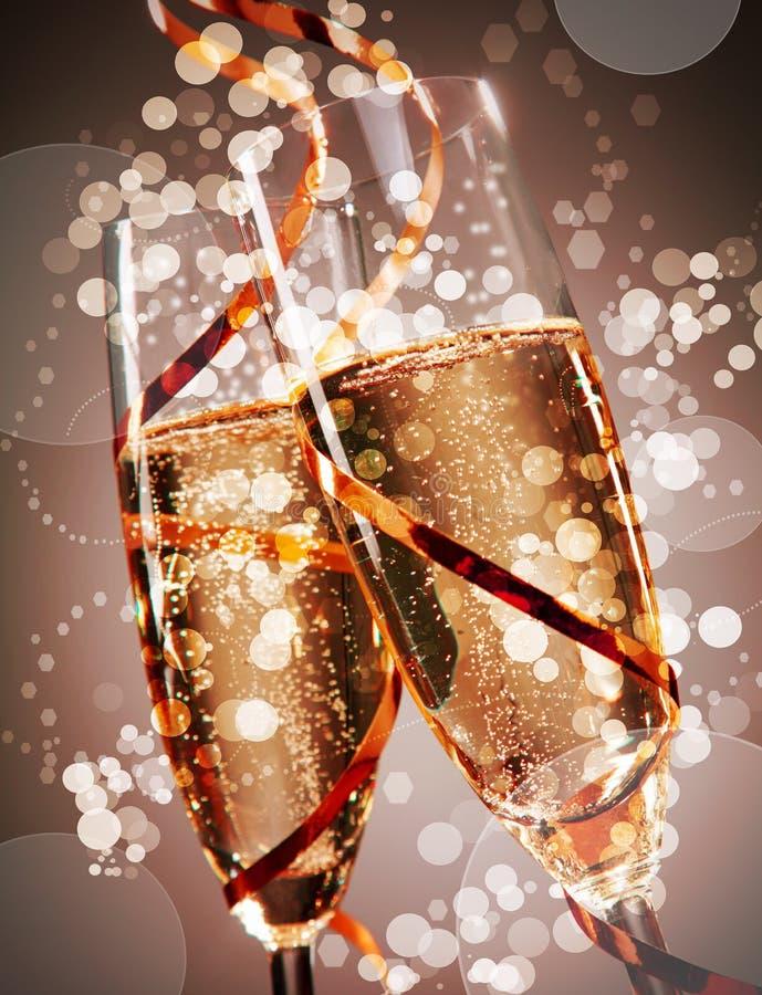 Två festliga exponeringsglas av bubblig champagne arkivfoto