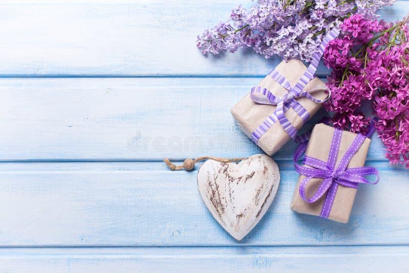 Två festliga gåvaaskar med gåvor, dekorativ hjärtaandlilac royaltyfria foton