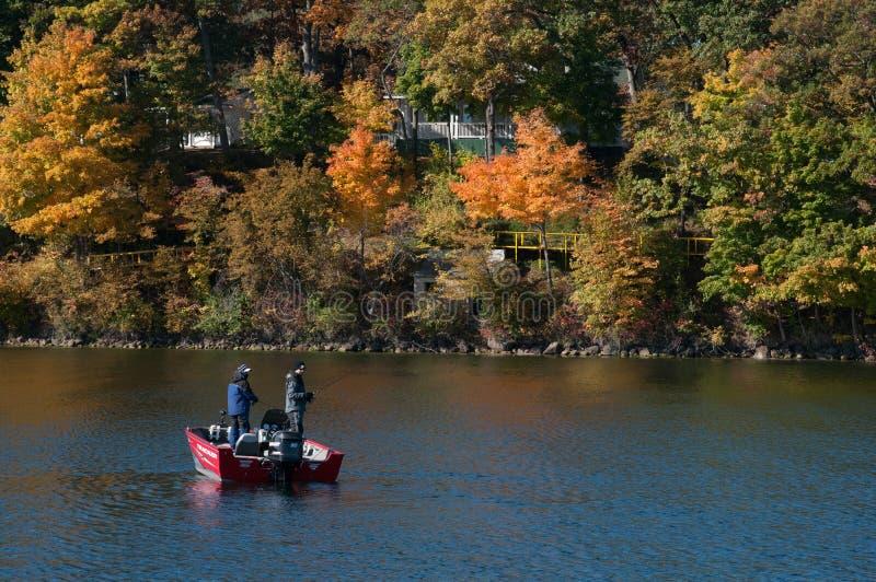 Två fiskare som fiskar i sjön Delavan, Wisconsin arkivbild