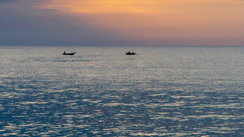 Två fiskebåtar på det öppna havet arkivfoto