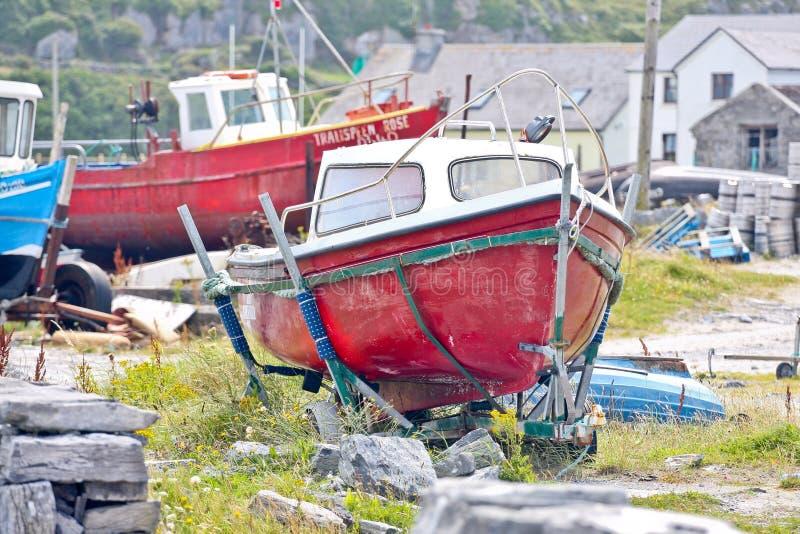 Två fiskebåtar på Inisheer, ståndsmässiga Galway, Irland arkivbild