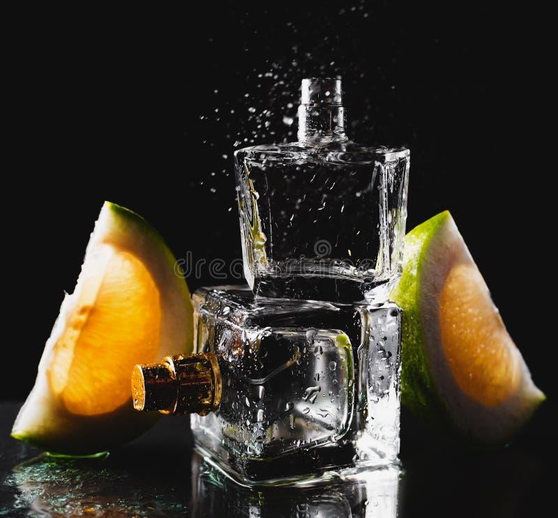 Två flaskor av dofter med citruns arkivbild