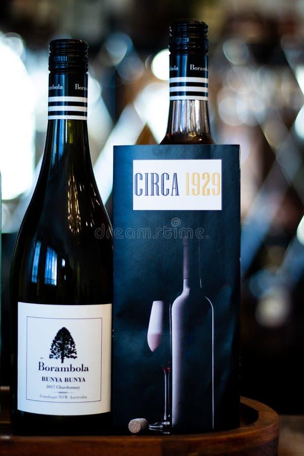 Två flaskor av vin med drinkmenyn royaltyfri foto