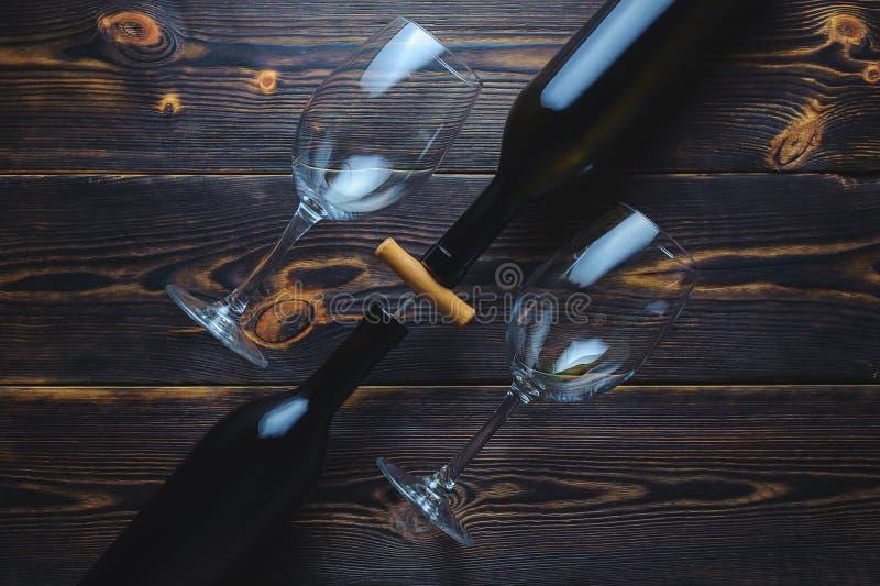 Två flaskor av vin på en träbakgrund kopiera avstånd royaltyfri bild