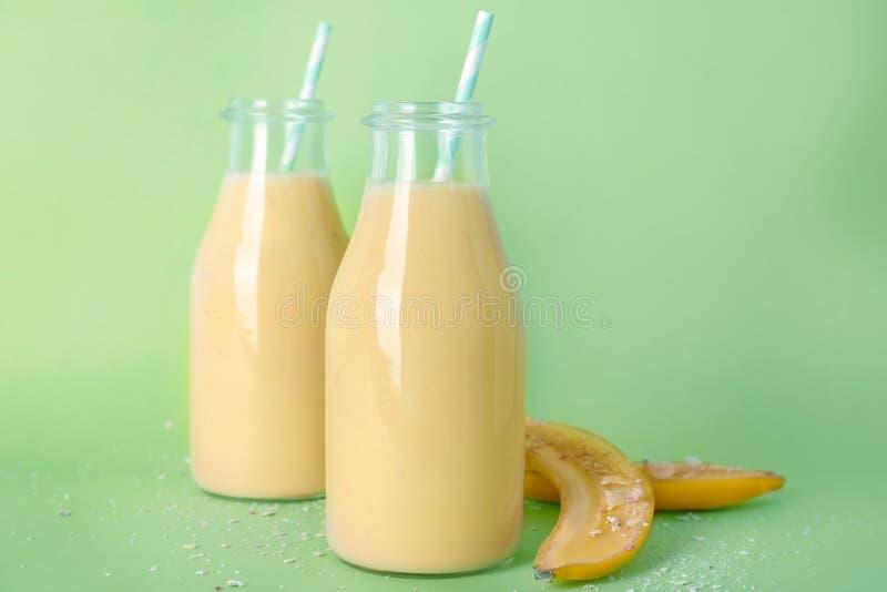 Två flaskor med den smakliga banansmoothien arkivbild