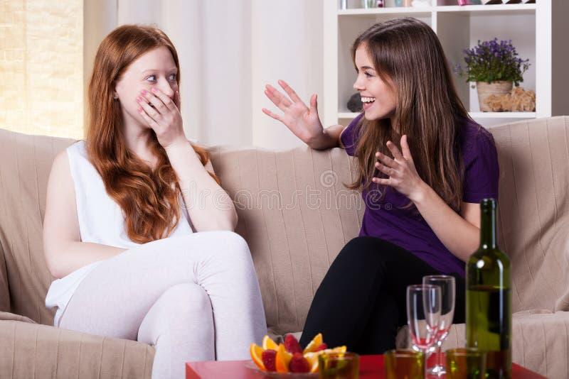 Två flickas möte arkivfoton