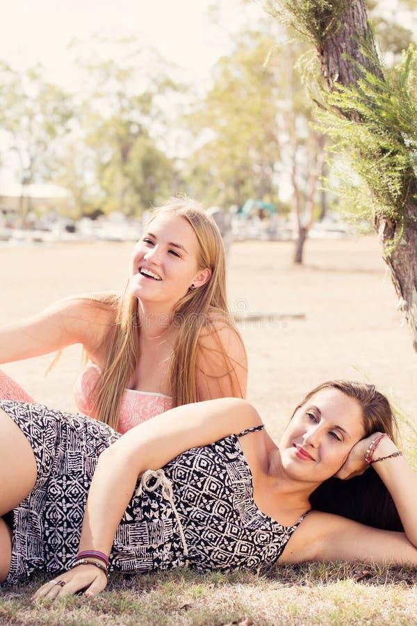 Två flickavänner parkerar in royaltyfri fotografi