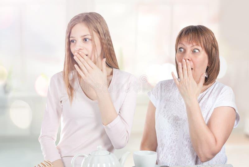 Två flickor är mycket förvånade arkivbilder