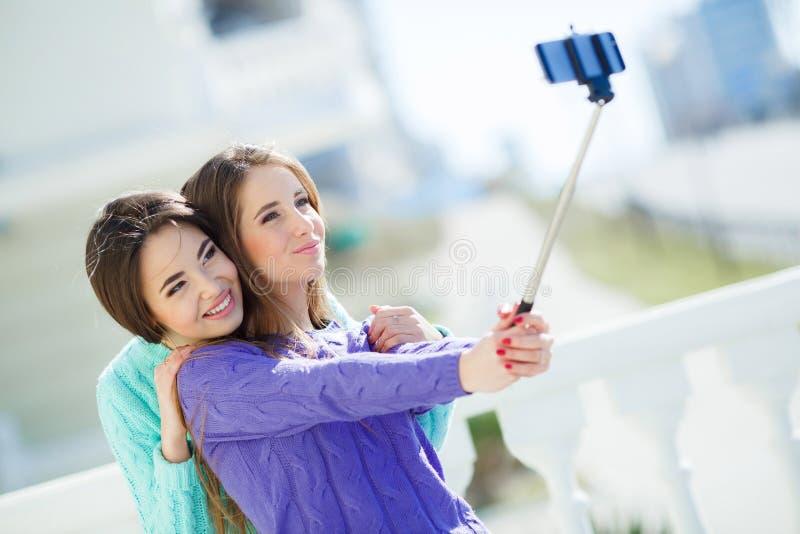 Två flickor gör själv i staden arkivfoton