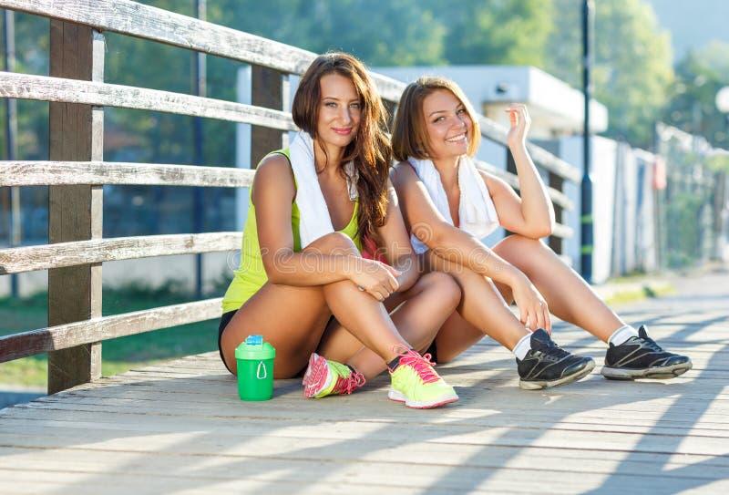 Två flickor har en vila, når de har övat royaltyfri fotografi