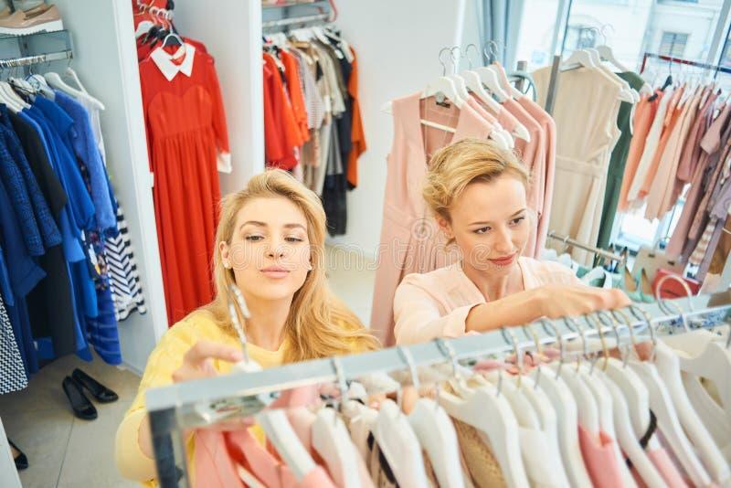 Två flickor i ett klädlager fotografering för bildbyråer