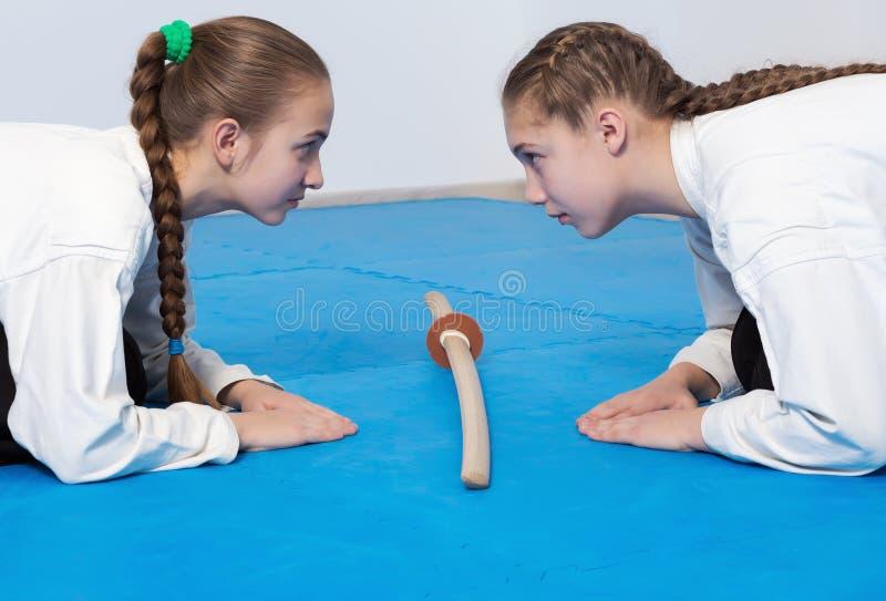 Två flickor i hakamapilbåge på Aikidoutbildning arkivbilder