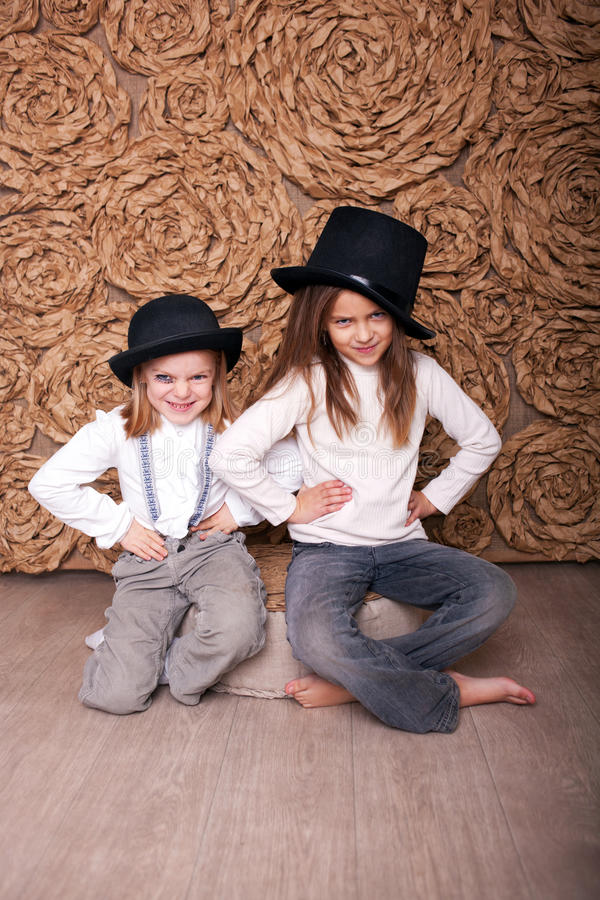 Två flickor i svarta hattar arkivbilder
