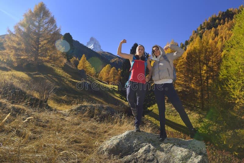 Två flickor och höstplats i Zermatt med det Matterhorn berget arkivfoton