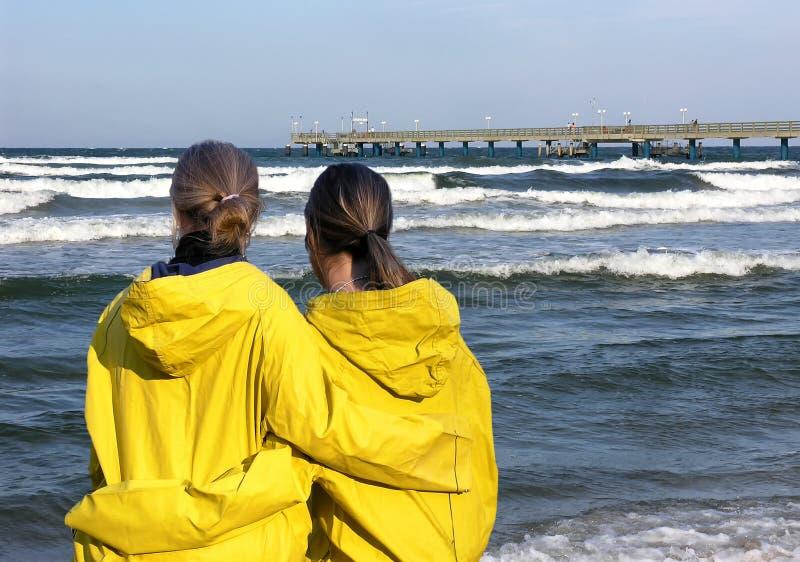 Två flickor på havet royaltyfri fotografi
