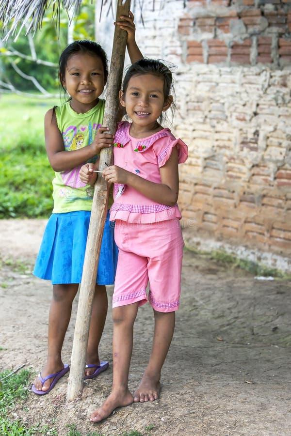 Två flickor på Indiana i Peru arkivfoto