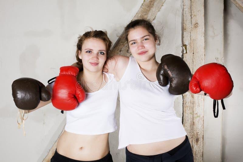 Två flickor som boxare arkivfoto