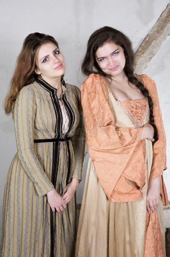 Två flickor som kläs som prinsessa royaltyfri fotografi