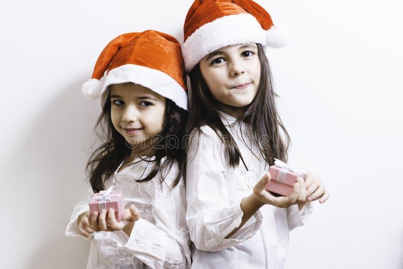 Två flickor som poserar för ferier för jul och för nytt år royaltyfria bilder