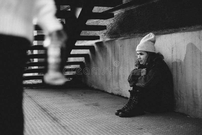 Två flickor som spelar i gatan tillsammans arkivbilder
