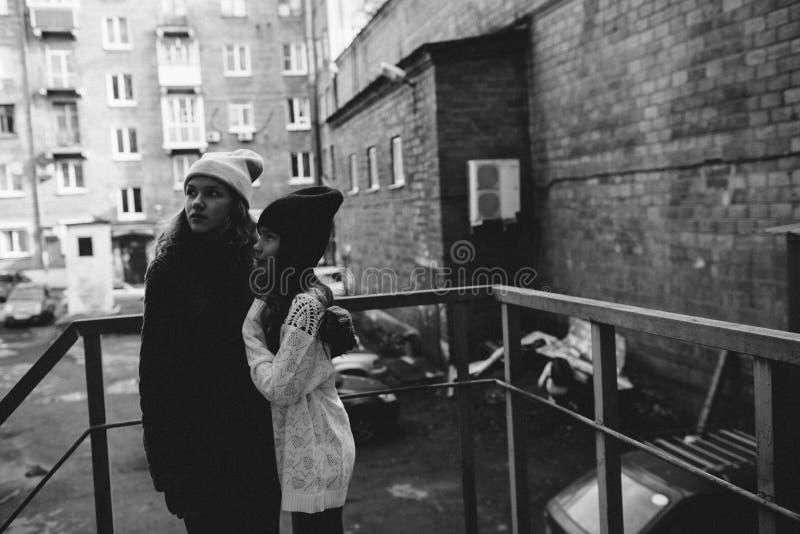 Två flickor som spelar i gatan tillsammans arkivbild