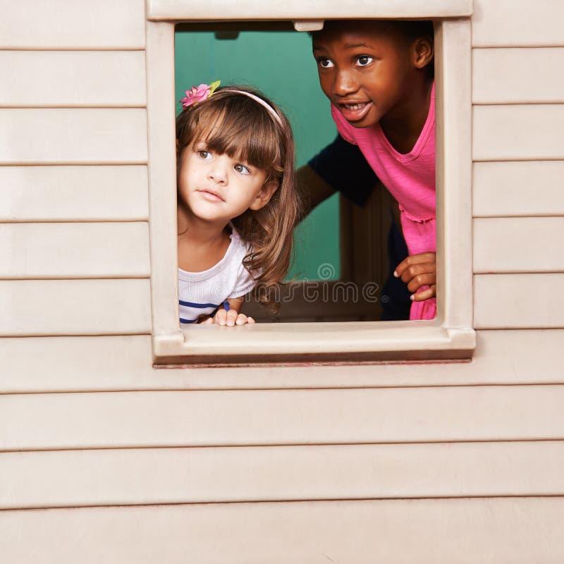 Två flickor som spelar i lekstuga arkivbild