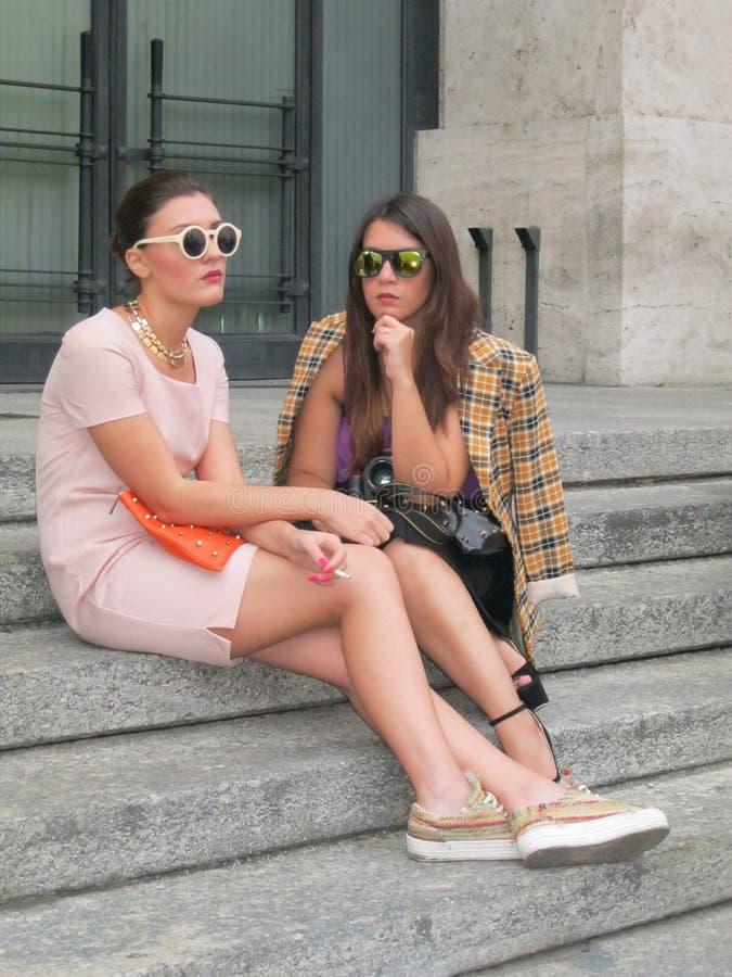 Två flickor som väntar på modeshowen. arkivbild
