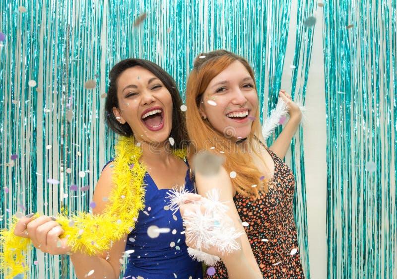 Två flickvänner som firar Carnaval och för kläder den färgrika halsduken royaltyfria bilder