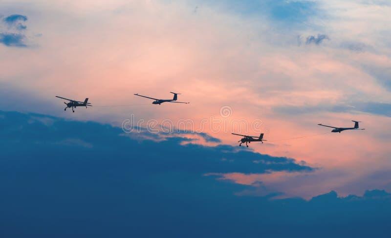 Två flygplan och två glidflygplan fotografering för bildbyråer