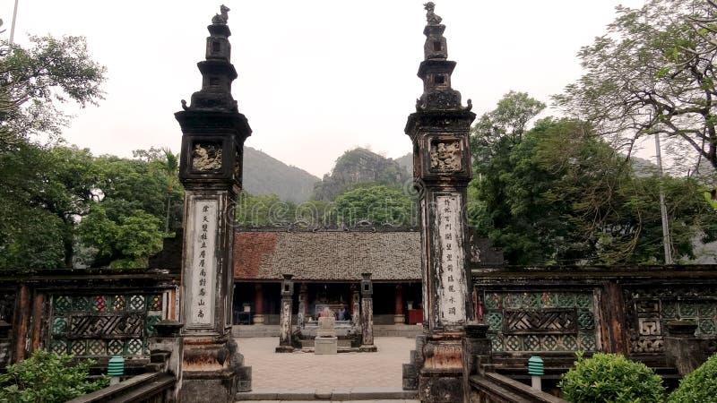Två forntida pelare på det forntida huvudfundamentet fotografering för bildbyråer