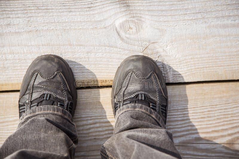 Två fot på en trävandringsled under fotvandra royaltyfria foton
