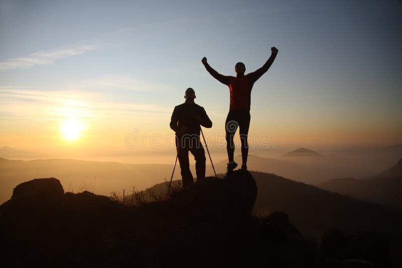 Två fotvandrare på bergöverkanten arkivbilder