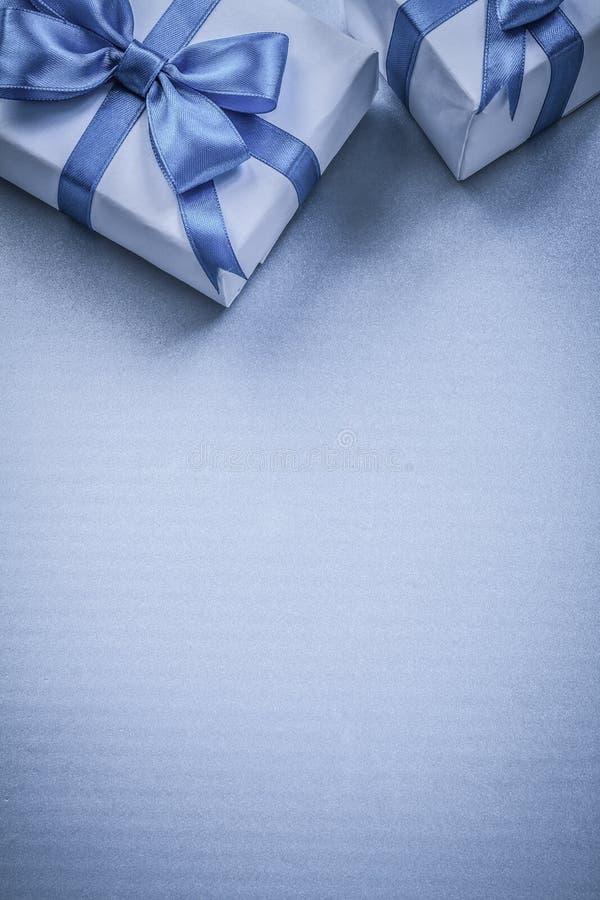 Två gåvaaskar på blå bakgrund semestrar begrepp arkivbild