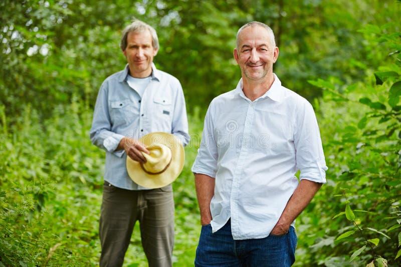 Två gamala män i sommar i natur royaltyfria bilder