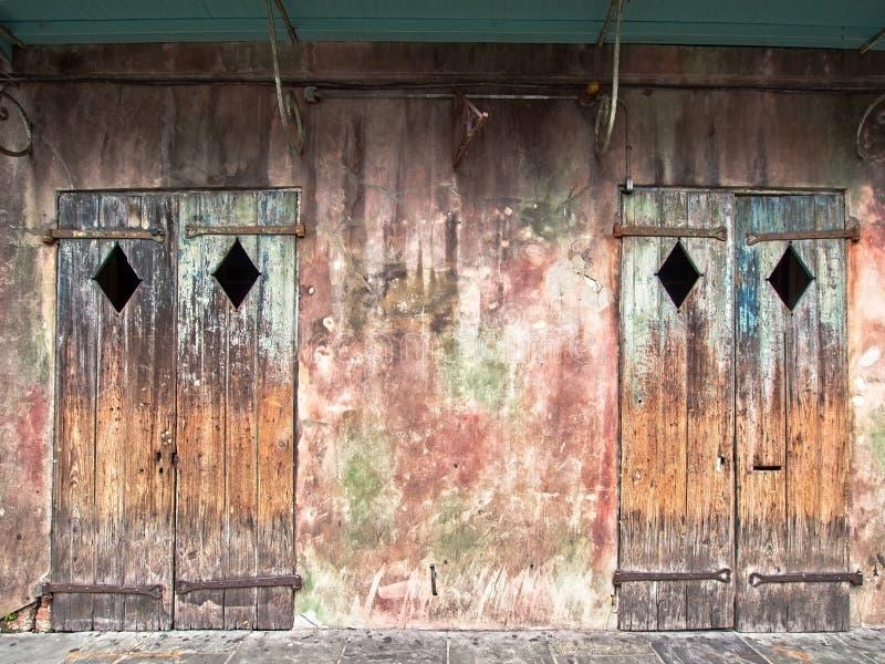 Två gamla dörrar på en gammal byggnad i den franska fjärdedelen fotografering för bildbyråer