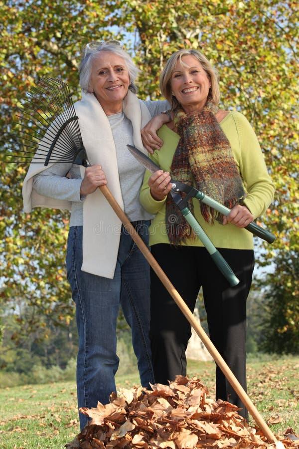 Två gamla damer i trädgården fotografering för bildbyråer