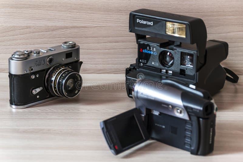 Två gamla kameror och camcorder arkivfoto