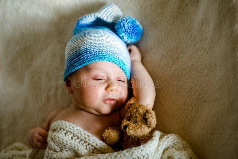 Två gamla månad behandla som ett barn solitt sovande i hans lathund arkivbild
