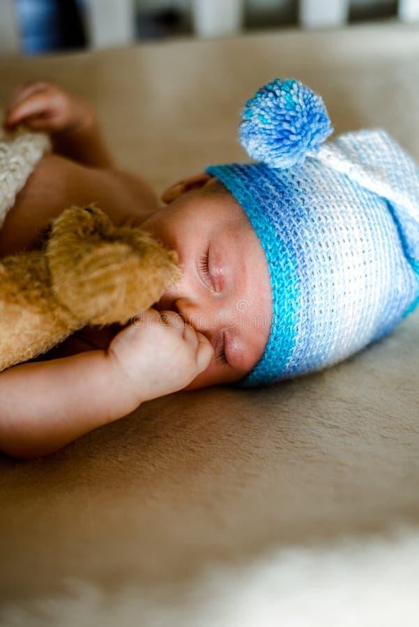 Två gamla månad behandla som ett barn solitt sovande i hans lathund royaltyfri fotografi