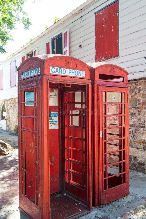 Två gamla röda telefonbås arkivbild