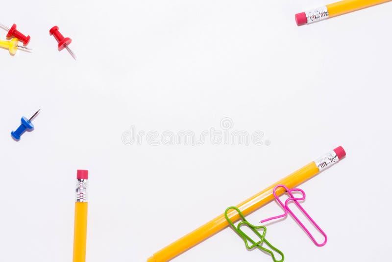 Två gemmar som talar, medan ligga på ett vitt golv och på en blyertspenna Miniatyrskolaliv och tillbaka till skolabegreppet med k arkivbilder