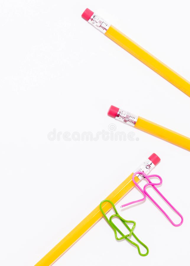 Två gemmar som talar, medan ligga på ett vitt golv och på en blyertspenna Miniatyrskolaliv och tillbaka till skolabegreppet med k royaltyfri foto