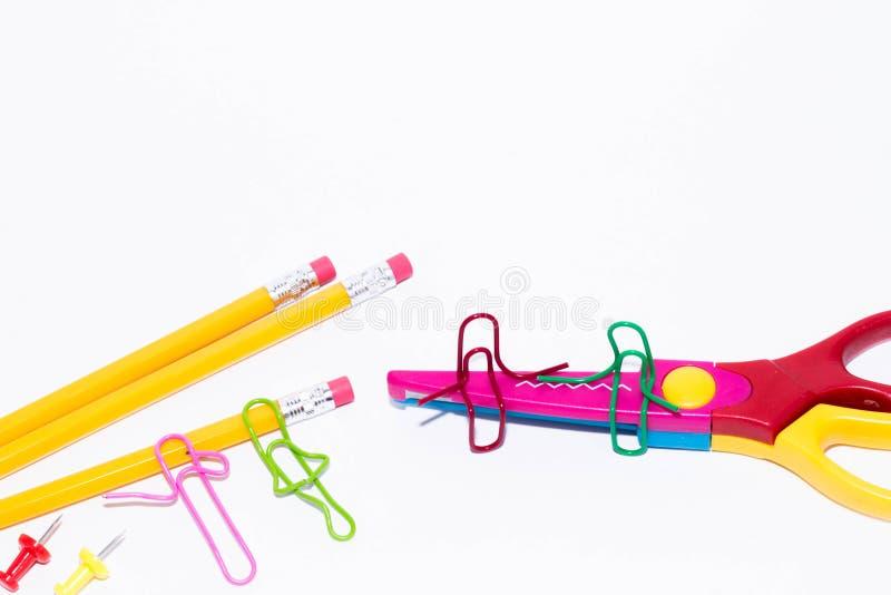 Två gemmar som talar och att sitta på en sicksack, scissors och två som ligger och talar på blyertspennan Miniatyrskolaliv och ti royaltyfri foto
