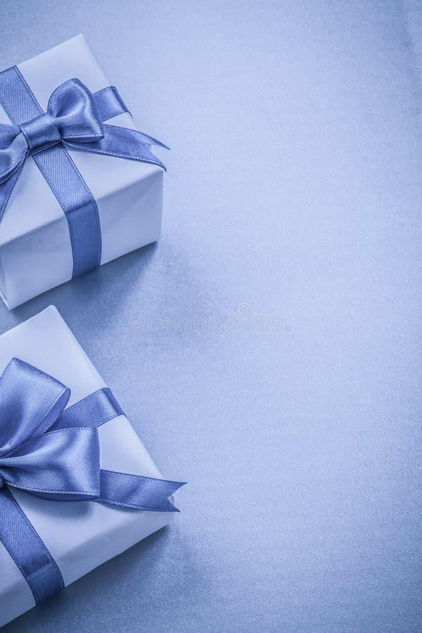 Två giftboxes på blå bakgrund semestrar begrepp arkivbilder