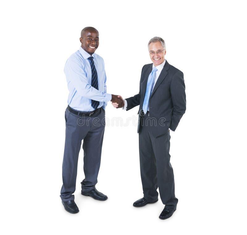 Två gladlynta företags personer som har en affärshandskakning royaltyfria foton
