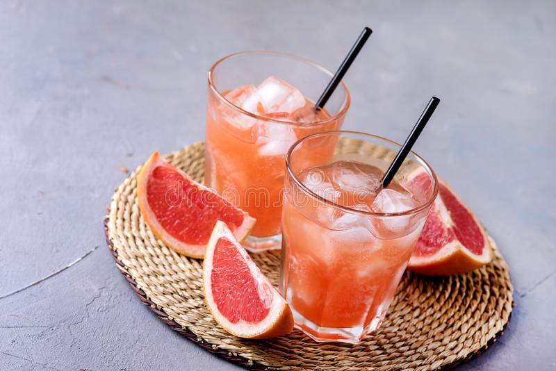 Två glas av Tasty Grapefruit Cold Drink eller Cocktail Refreshment Beverage Gray Background Cold Grapefruit Juice Copy Space royaltyfria foton